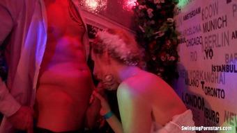 γάμος όργιο πορνό cum στο τριχωτό μαύρο μουνί μου
